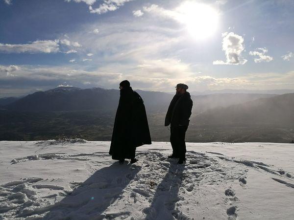 Cold Temperature Due Persone Inverno Monaci Montagne Neve Sunset Two People Winter