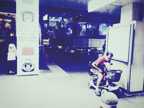 5pm in Singapore. Open Edit Urbanphotography Streetphotography Urban Landscape Eye4photography  Peoplephotography Public Transportation Cityscapes The Photojournalist - 2015 EyeEm Awards Urban Geometry