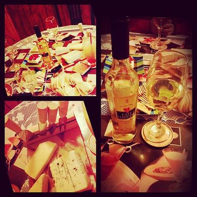 Noche familiar, celebrando muchas cosas lindas 💙 Familia😄 Familynight Celebration Cheese Lateharvest Instagood🍪 Happy Feliz Quesito Tabla Wine 🍷