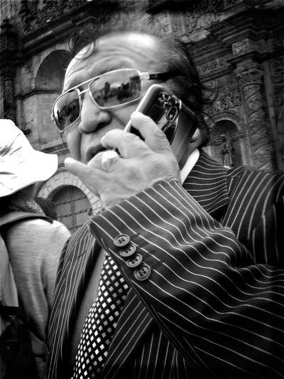 Retrato al paso. Real People Close-up Human Hand People EyeEm Best Edits EyeEm Best Shots - Black + White Bolivia Monochrome Blackandwhite Streetphotography Street Portrait Low Angle View Lapaz Side View