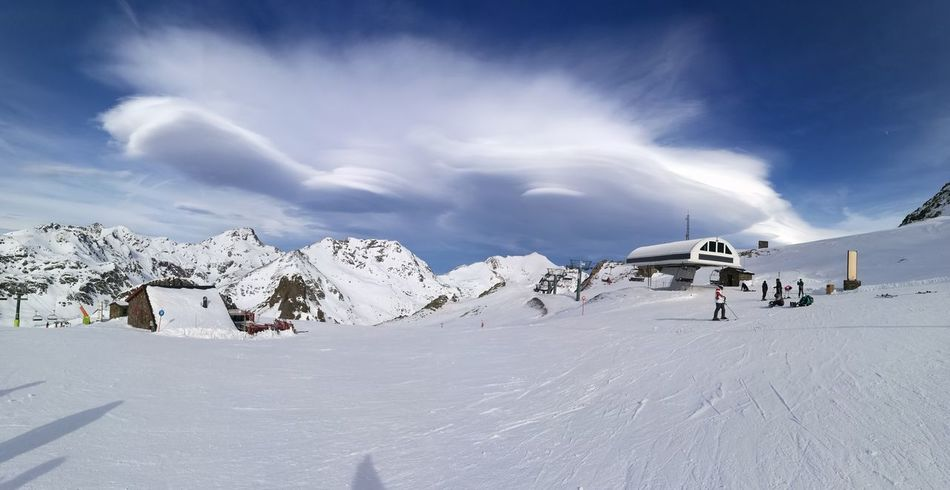 Nubes lenticulares Snow Cold Temperature Winter Mountain Landscape Snowcapped Mountain Outdoors Beauty In Nature Travel Nature Adventure Polar Climate