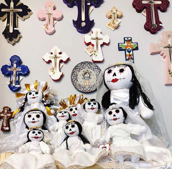 Muñecas vestidas para el Día de muertos mexicana, muñecas vestidas de calaveritas Colors Dolls Muñecas Mexicanas Calaveritas Dia De Los Muertos No People Variation Large Group Of Objects For Sale Retail  Indoors
