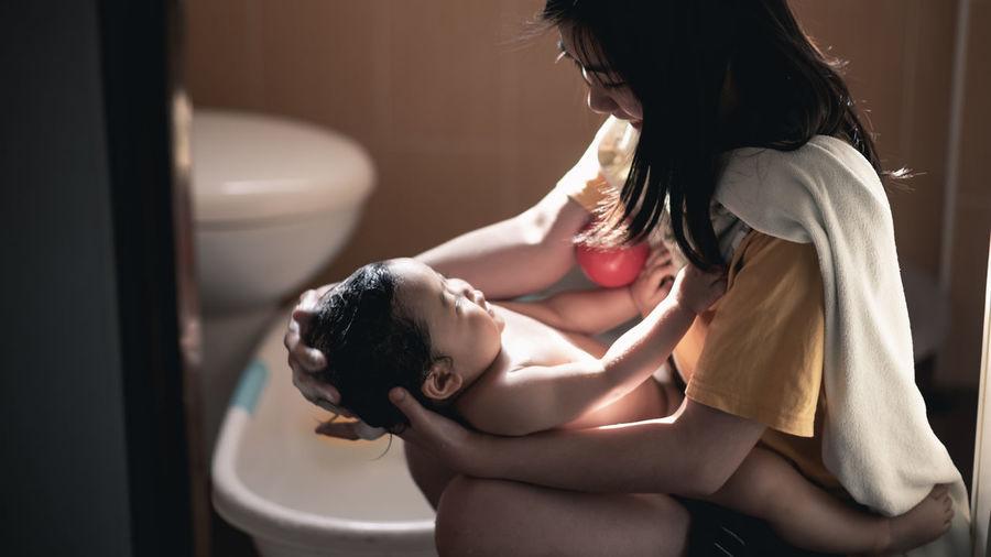 Mother bathing girl
