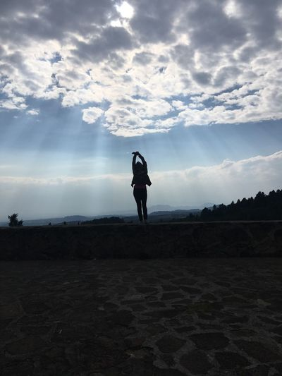 No dejes que nada influya y deja que todo fluya Cloud - Sky Sky Real People Full Length Leisure Activity Lifestyles One Person Land Nature Field Beauty In Nature Scenics - Nature Silhouette Women Day Outdoors Standing Non-urban Scene