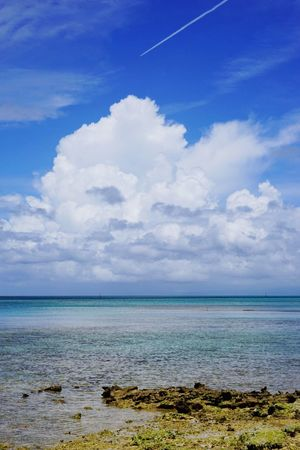 沖縄本島 ( Okinawa )の 備瀬 ( Bise )の ワルミ で撮った風景です。 夏 青空 ひこうきぐも 飛行機雲 夏の沖縄