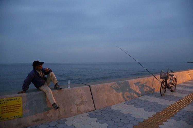 釣れねーなー⁈ 沖縄 釣り 海岸 海 夏休み 親父 Fishing Sea Okinawa OKINAWA, JAPAN 西海岸 夕方 サンセット Sunset