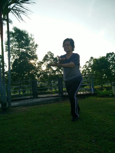 Grandma Taichi Morning Jogging Caitiamma Chating Vegetables