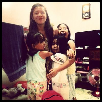 """This is what we call, """"give me a hug!"""" Hahaha... I get these sweetedt hugs and kisses everyday from these kulit kids. Family Love Happy Hug givemeahug girls nieces kids titaduties home mama wishyouwerehere"""