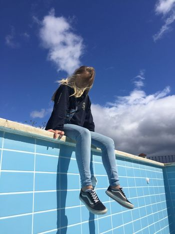 One Person Sky Cloud - Sky Real People Lifestyles Casual Clothing Blue Architecture Day Low Angle View Nature Sunlight Adult Women Hairstyle Jeans Bleu Piscina Piscine