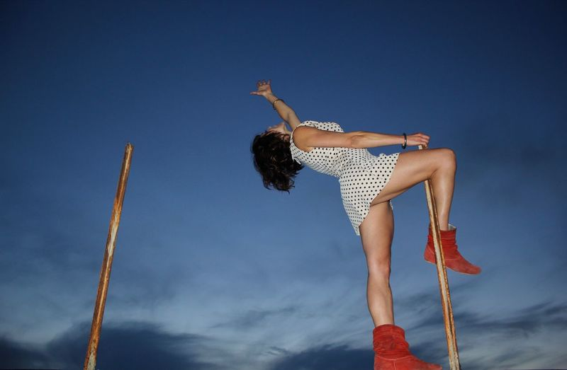 The girl walks on the roofs of rome