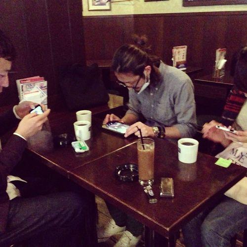 昼休み時間、皆カフェで競馬ゲームで夢中!!(笑) 午休時間,大家在珈琲館埋頭玩賽馬遊戲!!(笑)