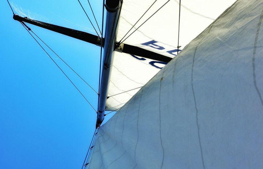 Relaxing Enjoying Life Sailing Sail On Board Yaht żagiel Na Pokładzie Jacht żeglowanie Zadzierając Głowę Looking Up Niebo Błękit Nieba Simple