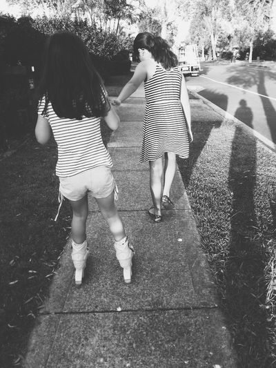 Hi EyeEm friends! I hope you're all well :) Things have been busy, but in a good way. Enjoying Life Sisters Black And White Vsvocam VSCO Vscoaustralia Bnw Family Matters Photography In Motion Things I Like My Daughters ❤️ Showcase: April 2016 Girl Power