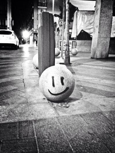 Que feliz te hace cruzarte con una bola de hormigón que te sonríe Streetphotography Architecture