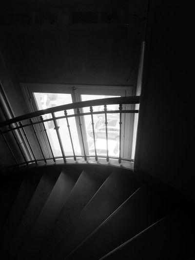 Et je me vautre, un pied après l'autre, prise dans une spirale infernale qui semble interminable. Indoors  Window Home Interior No People Architecture Day (null)Open Door Noiretblanc (null)Black And White Blackandwhite Shadows & Lights Ombres Et Lumières Escalier Torticolis Descente