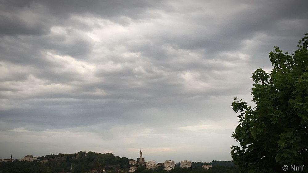 Angoulême sous l'orage☁️⚡️☁️⚡️☁️💨 CIELFIE Skyfie Charente France Ciel Et Nuages Spring Printemps Paysage