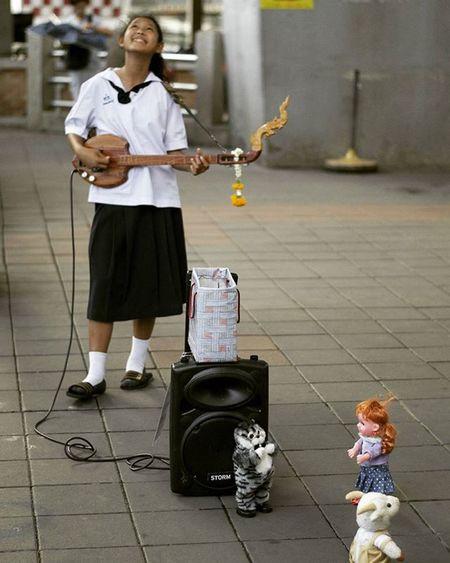 Iamastar Happyinacrazyworld Streetsinger Singer  Streetperformer Streetphotography Bangkok Thailand