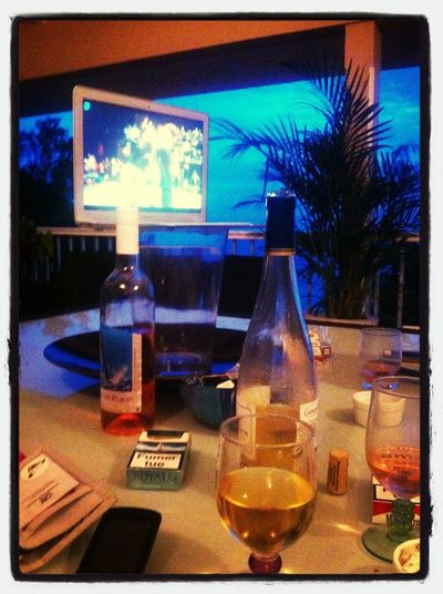 Un amour, un ami, du vin et les twins en distraction ! Pose =)
