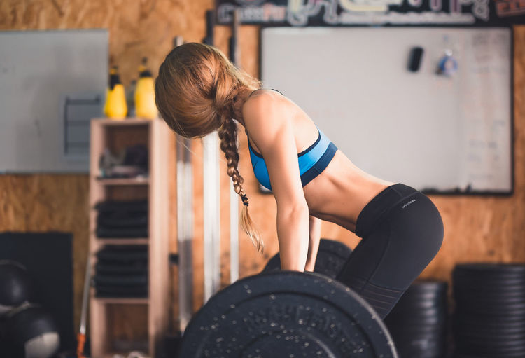 Deadlift Concentration Day Exercise Equipment Exercising Femininity Gym Healthy Lifestyle Lifestyles Muscular Build One Person One Young Woman Only Real People Sport Sports Clothing Sports Training Standing Strength Strength Training Strong Woman Weightlifting Wellbeing Women Young Adult Young Women