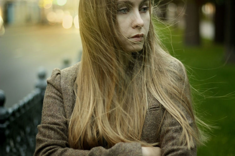 Long Hair Focus On Foreground Young Adult Front View Casual Clothing Person Confidence  Outdoors Facial Expression Straight Hair Focus Portrait Photography Portrait Portrait Of A Woman Photographer фотосъемка Moscow City Life Bokeh Lights Blond Hair Young Women People And Places Beauty Windy Hair Walking