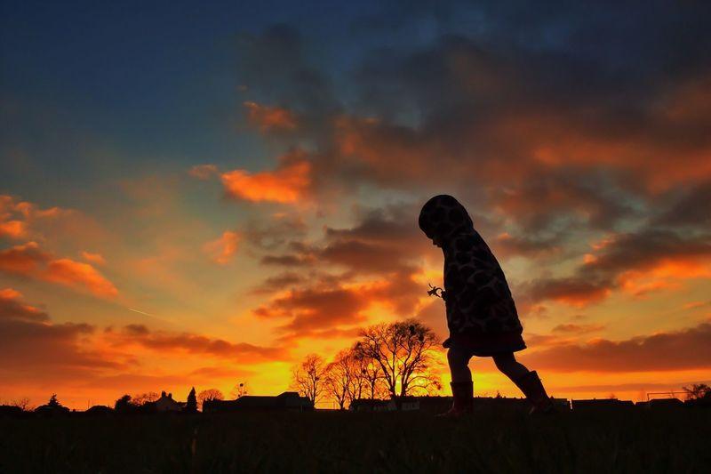 The flower girl. Silhouette Sunset Sunset #sun #clouds #skylovers #sky #nature #beautifulinnature #naturalbeauty #photography #landscape EyeEm Best Shots