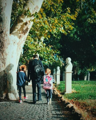 Il camino giornaliero alla scuola Rome Nature Vintage EyeEm Selects VSCO Street Rsa_streetview Gianicolo Child Childhood Togetherness Girls Daughter Family With Three Children Calm Father Young Family