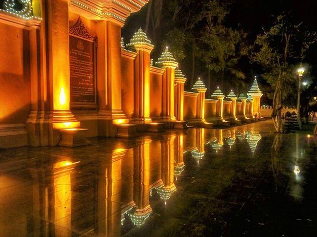 Golden mural reflecting in the night. Lumia930 Mobilephotography WindowsPhonePhotography WeLoveLumia ShotOnMyLumia  Lumiaography Theappwhisperer Makemoments MoreLumiaLove GoodRadShot TheLumians Fhotoroom Lumia PicHitMe EyeEm Eyewm_o MenchFeature Photography Nban NbanFamily Pixelpanda Cambodia Phnompenh @fhotoroom_ @thelumians @lumiavoices @pichitme @windowsphonephotography @microsoftwindowsphone @microsoftlumiaphotography @mobile_photography @moment_lens @goodradshot @mobilephotoblog @street_hunters @lumia @pixel_panda_ @eyeem_o @photocrowd @photoadvices @nothingbutanokia @nothinbutanokia