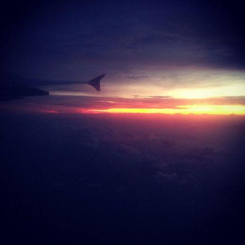 從早坐到晚 這路途有點遠 新加坡 伯斯 機上晚霞 新加坡航空 空姐滿可愛
