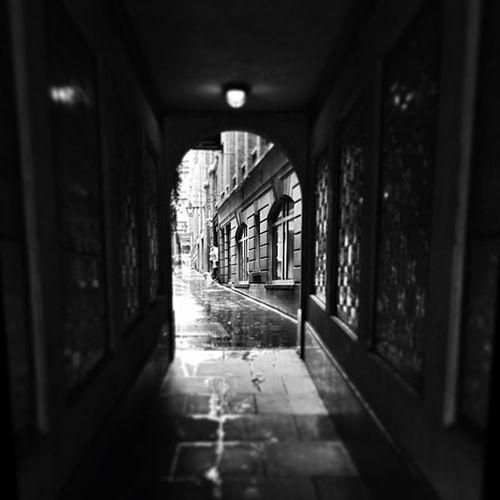 Alleyway Light Blackandwhite B Snow Cold London Wet Dark Uk Alleyway Sleet Thestrand Pictapgo Singlelight