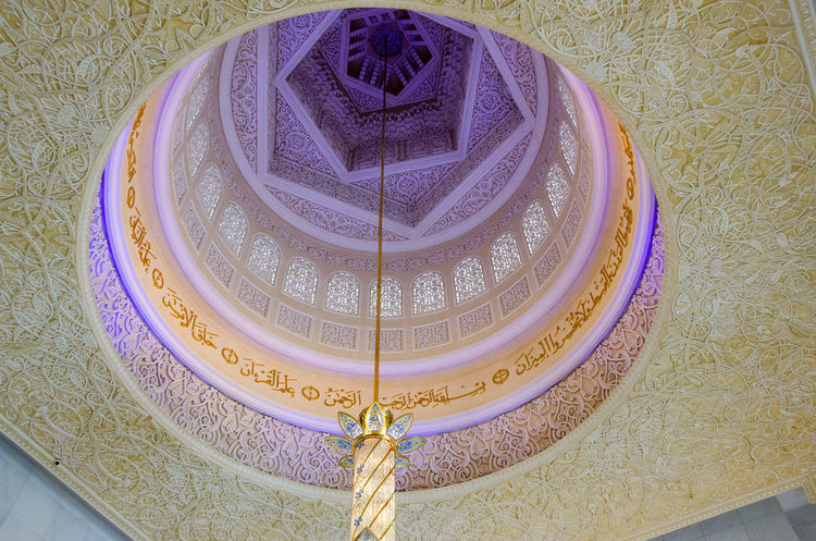 Arch Architectural Feature Architecture Art And Craft Ceiling Chandelier Church Creativity Design Dome Indoors  Low Angle View Old-fashioned Ornate Pattern Place Of Worship Religion Sheikh Zayed Grand Mosque Spirituality
