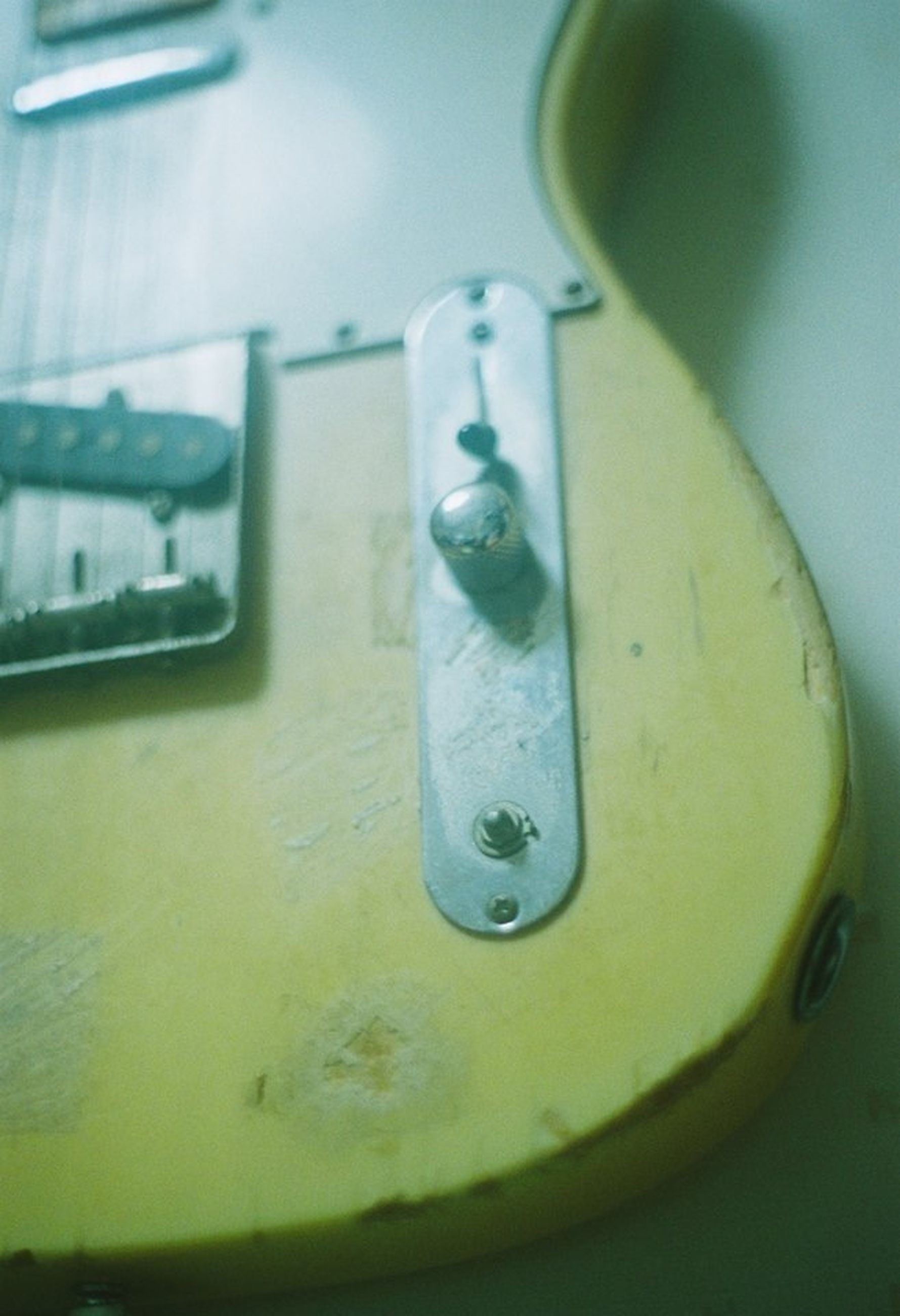 close-up, indoors, yellow, still life, metal, focus on foreground, no people, metallic, water, single object, plastic, selective focus, table, reflection, green color, equipment, day, high angle view, man made object, container