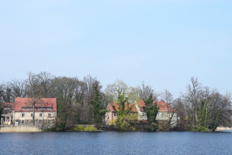 Erneut blicken wir auf das ehemalige Klostergelände. Architecture Sky Built Structure Building Exterior Water Tree Building Plant Day Waterfront Nature Clear Sky Copy Space House No People Outdoors River Scenics - Nature Residential District Lake View Lakeshore Lakeside