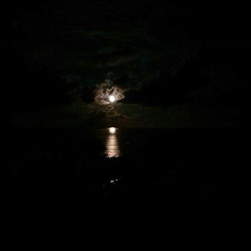0801 Moon Darkness Bright Ocean 晚餐拯救了我悲慘的今天 六十石山 就別再提了 第一次吃到生的海膽 第一次吃到這麼鮮嫩的魚 第一次吃到這麼多汁的鮮蝦 還看到超圓超大超可愛的🌝月亮 特別的☁☁☁☁☁☁☁☁ 從花蓮看太平洋的雲真的長這樣 感覺超不真實的好像是卡通裡才會出現的那種 太多事情遇上太多無奈