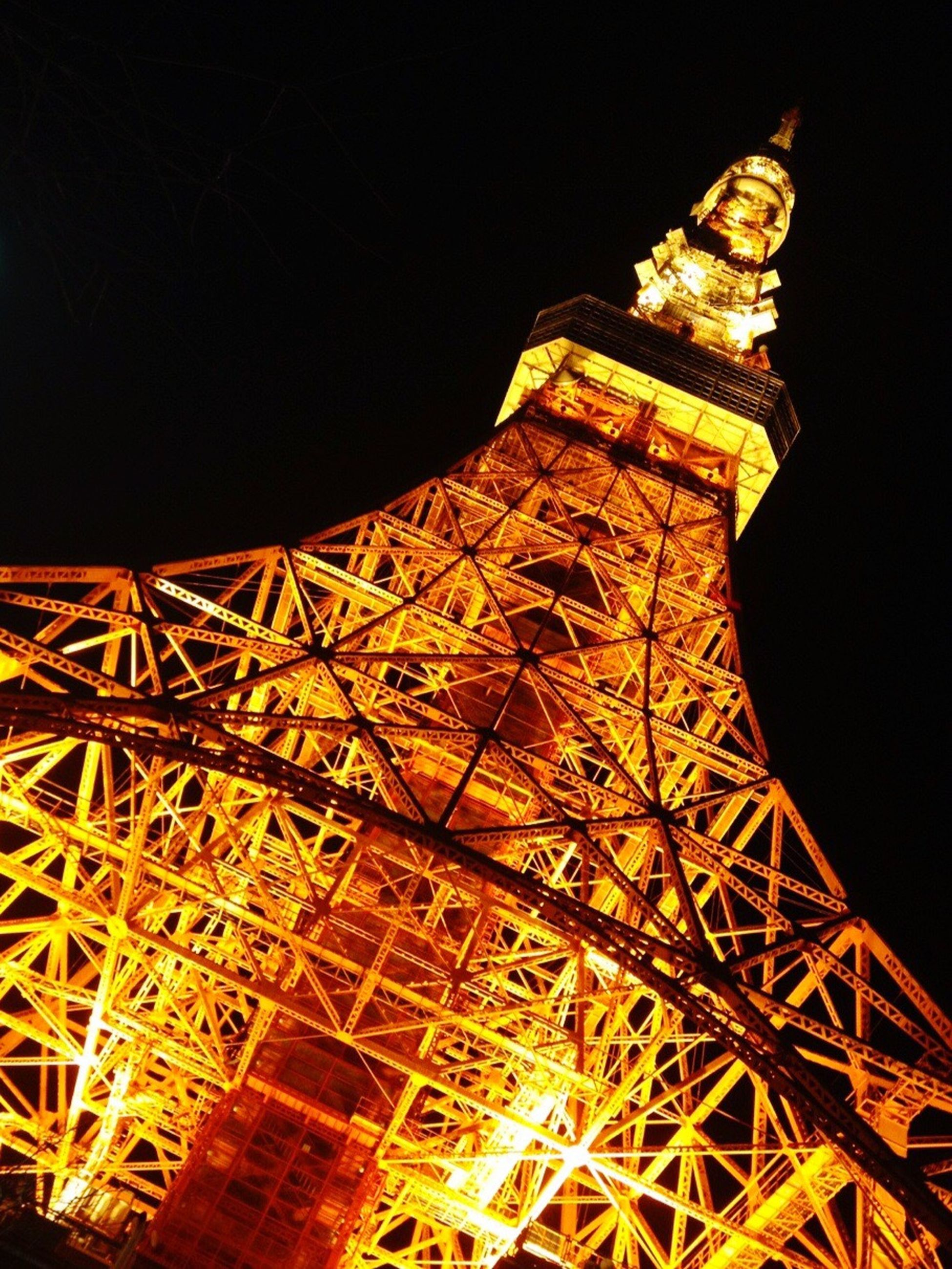 night, built structure, famous place, low angle view, architecture, international landmark, illuminated, travel destinations, tourism, capital cities, travel, clear sky, tower, eiffel tower, copy space, tall - high, culture, building exterior, sky, metal