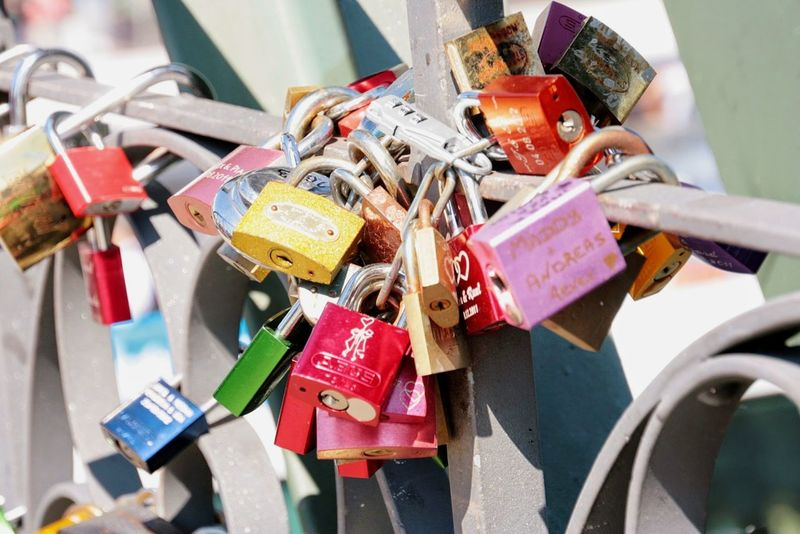 Liebesschlösser Lovelocks Liebesschloss Valentinstag Valentine's Day  Valentine Schloss Frankfurt Am Main Eiserner Steg Bunt Colorful Schlösser Liebe Lovelock Bridge Happiness Bridge - Man Made Structure Erinnerungen Remember Remembering Padlock Lock Love Lock Love Railing Abundance Protection Large Group Of Objects Close-up Multi Colored No People Outdoors