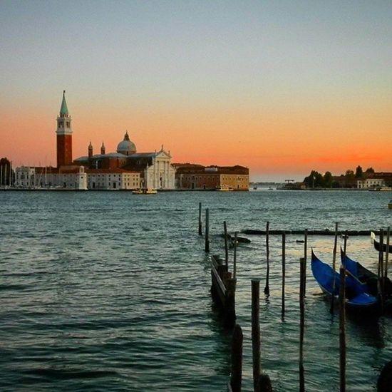"""""""Fim de tarde em Veneza"""" Não se pode dizer que Veneza seja a mais bonita cidade do mundo por um motivo: ela é incomparável, completamente diferente de qualquer outra. Veneza Venice Italia Travel mochilando precisoviajar trippics sun_shots Pordosol sunset sky beautifuldestinations in_europe instarefa"""