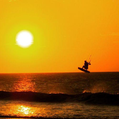 Kitar até ser 🌙✨!!! Luxo ao 🌅🌅🌅!!! Sunset Alternative Fitness Beach Beachphotography Beach Life Beach Photography Kite Kitesurfing Kiteboarding Kitesurf Flying Wainman Jericoacoara - CE Jeri Rotadasemoções Ceará Ceará-Brasil Semespinhas Quandofazpopjánãohástop Sunset_collection Sunset #sun #clouds #skylovers #sky #nature #beautifulinnature #naturalbeauty #photography #landscape