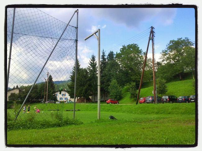 Strassenseite des Trainingsplatzes für Fussball in Hasel. Im Hintergrund ist eine Gaststube zu erkennen. Sportplatz Deutschland Hasel Fussball