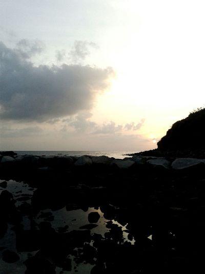 在 七美秘境看夕陽落下