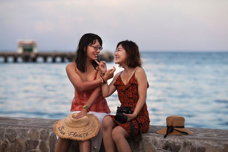 Mädchen lach doch mal Two People Water Sea Togetherness Women Sitting Moments Of Happiness Sky Young Women Real People Beach Hairstyle Lifestyles Nature Emotion Bonding Leisure Activity