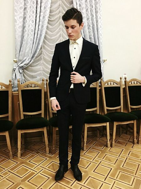 Only Men One Man Only Adults Only Handsome Adult One Person Indoors  Men People Suit Tuxedo Full Length Portrait Young Adult Time Red Carpet Event Clock Human Hand Millionnaire Period Costume