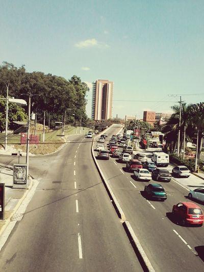 Por Las Carreteras Edificio Walking Over The City To Day