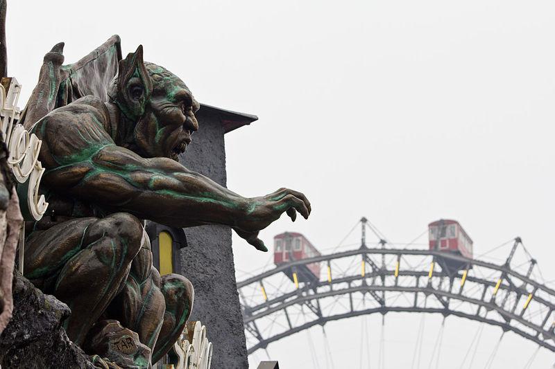 Das Monster greift sich einen Zirkuswaggon im Prater/Wien. Amusement Parks Ausflugsziel Bestoftheday Brutal EyeEm Best Shots Geisterbahn Ghost Train Horror Monster Prater Prater/Vienna Praterstern Riesenrad Tourism Vergnügungspark Vienna Waggon Wien Österreich