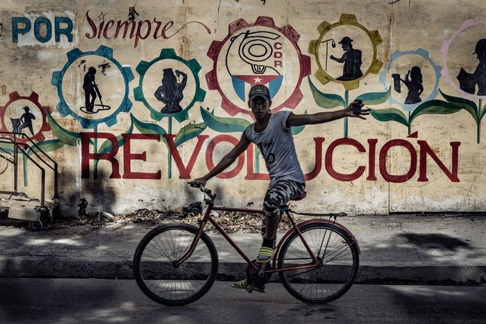 Bicicleta Streetphotography Cuba Cuba Collection Spray Paint Art And Craft One Man Only City An Eye For Travel Mobility In Mega Cities Adventures In The City The Street Photographer - 2018 EyeEm Awards The Street Photographer - 2018 EyeEm Awards