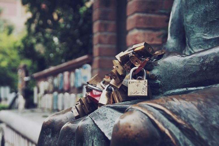 Alassio Couple Detail Directly Above EyeEm Gallery Fall In Love Holding Locks Love Memories Oath On The Way Outside Selective Focus Still Life Streetphotography Taking Photos Wall