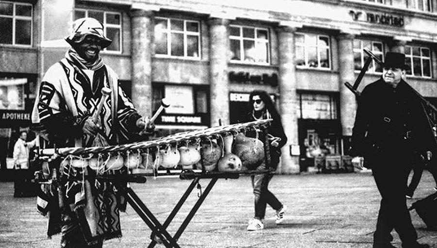 Musik und Glück Köln Cologne Schornsteinfeger ChimneySweep Musik Music Africanmusic Blackandwhite Blackandwhitephotography Bnw Schwarzweiß Schwarzweißfotografie Streetphotography Frühling Spring Sonne Sun