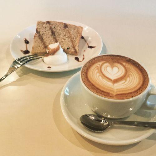 はい、3軒目でございまふ(๑´ლ`๑) カフェラテ&ハーフシフォン(さつまいも)☕️🍠 シフォンのハーフがあってよかった! @Cafe Fresco