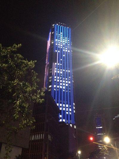 Edificio torre colpatria iluminado en Bogotá - Colombia