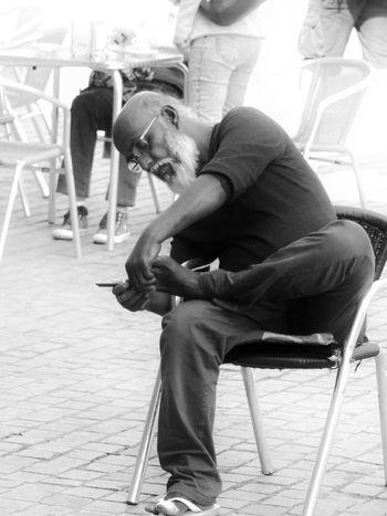 Taking Photos Enjoying Life People Blackandwhite Black And White Streetphoto_bw People Photography Peoplephotography Streetphotography Street Photography Grooming Older Man People Watching Up Close Street Photography People And Places