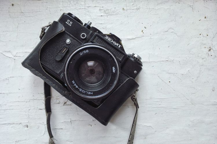 Photo Indoors  Retro Styled Antique Camera Man Made Object Close-up Digital Camera Activity Man Made Still Life Single Object Wall - Building Feature SLR Camera